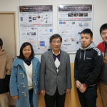千葉研究室2015年度メンバー集合写真(2016.2.19, 研究室前)