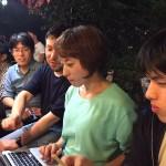 屋台で沖野研学生に発表のアドバイス(2015.9.8, 中洲)