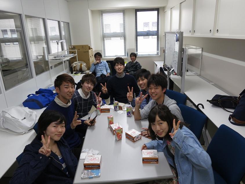 2015.04.04 研究室の学生居室での1年生との昼食会
