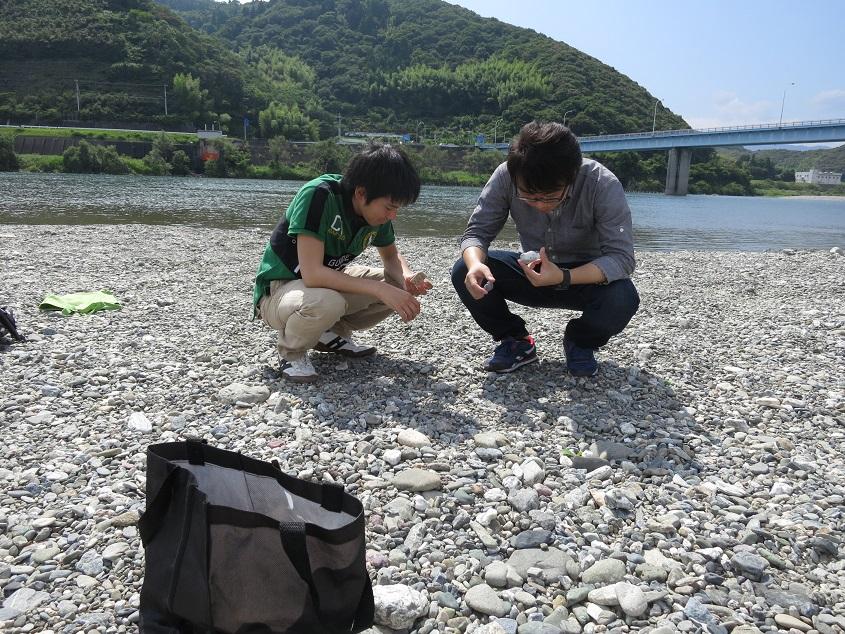 2015.06.28 仁淀川河川敷にて4年生と礫の岩石種別判定の実習