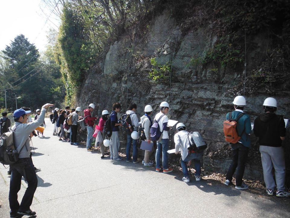 2015.04 地学実験A(理工学部3年生対象)@道場での有馬層群走向傾斜測定