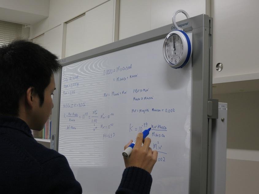 2015.12.16 外国書輪読の授業で章末問題を解く一幕